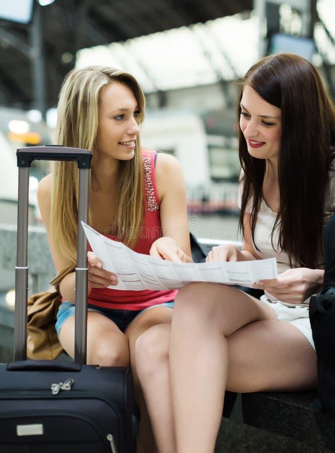 Mulheres com bagagem e mapa imagem de stock