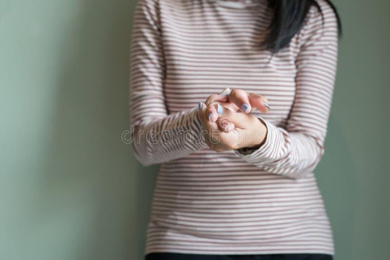 Mulheres com beribéri disponível ou dedo, doença que causa a inflamação dos nervos, fim acima imagem de stock