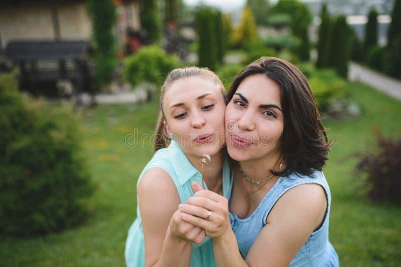 Mulheres com dente-de-leão fotos de stock