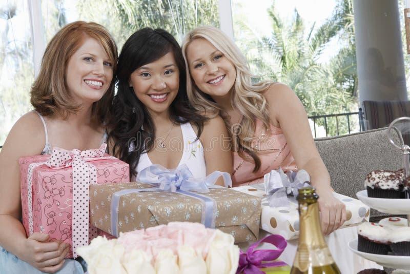 Mulheres com presentes no chuveiro do casamento imagem de stock royalty free
