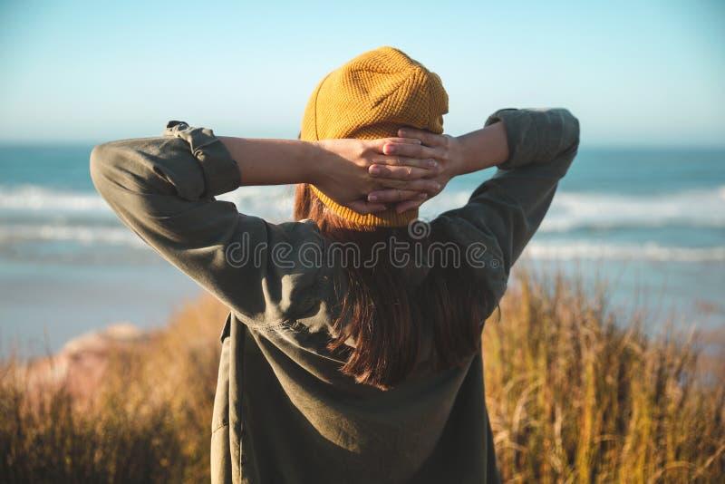 Mulheres com tampa amarela fotos de stock