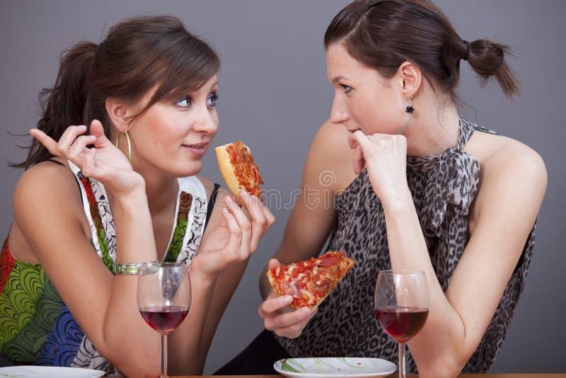 Mulheres com vinho sparkling e pizzas fotos de stock