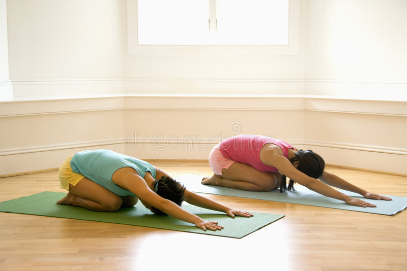 Mulheres da classe da ioga fotos de stock royalty free