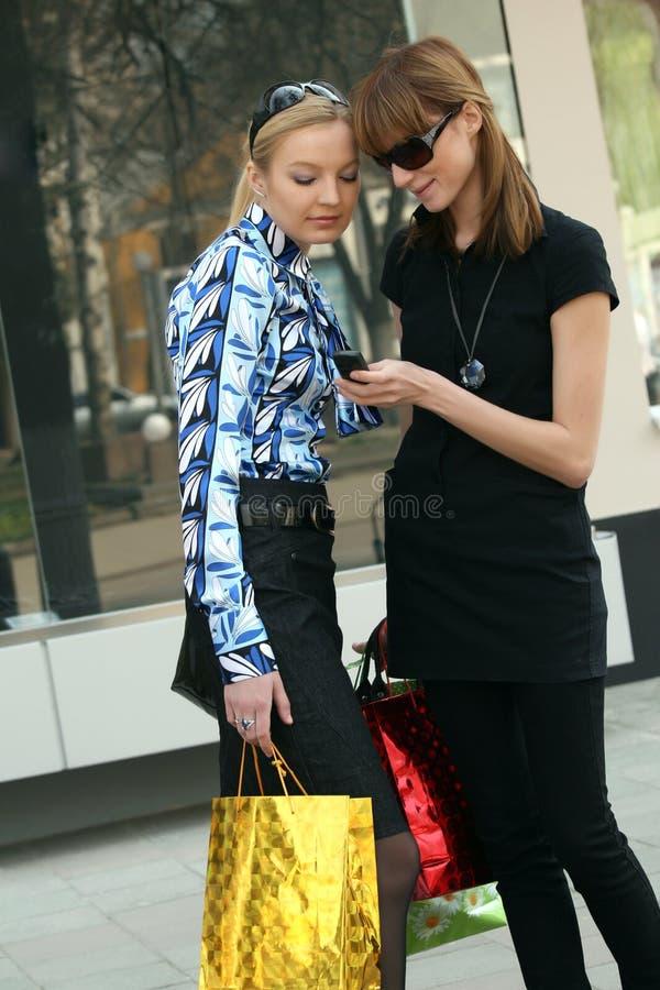 Mulheres da compra na rua foto de stock