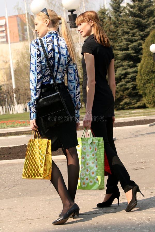 Mulheres da compra que andam na rua imagem de stock royalty free
