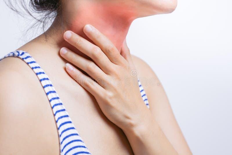 Mulheres da dor da garganta inflamada Pescoço tocante da mão da mulher com a garganta inflamada que sente má Conceito dos cuidado imagem de stock