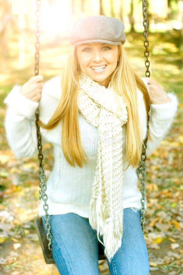 Mulheres da felicidade no parque fotos de stock