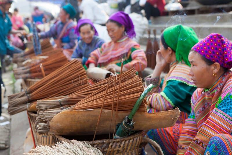 Mulheres da minoria de Hmong do vietnamita que vendem o incenso fotos de stock royalty free
