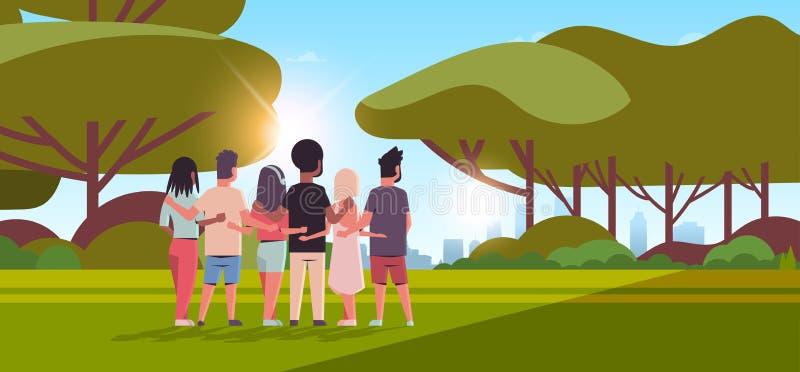 Mulheres de abraço dos homens da opinião traseira do grupo dos jovens que abraçam os amigos do conceito da celebração do dia da a ilustração stock