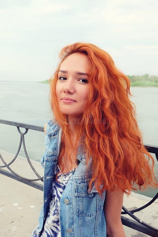 Mulheres de cabelo vermelhas no estado feliz fora imagem de stock