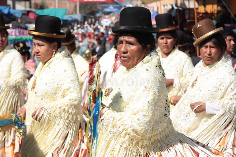 Mulheres de Cholitas na parada da dança em Cochabamba imagens de stock