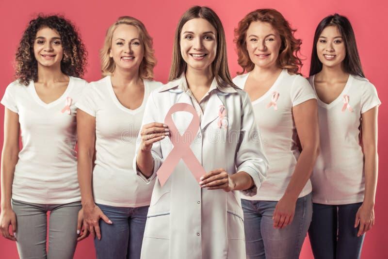 Mulheres de encontro ao cancro da mama fotos de stock