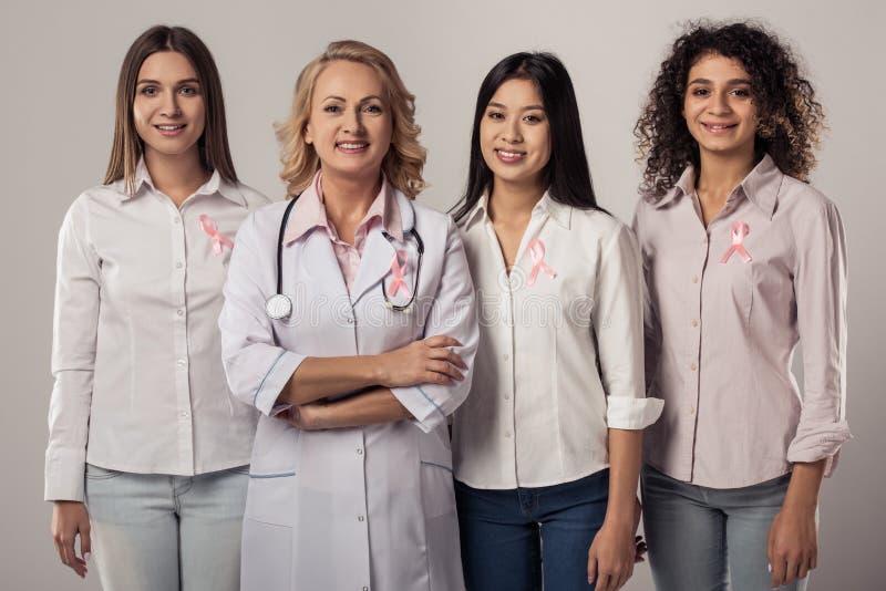 Mulheres de encontro ao cancro da mama imagem de stock