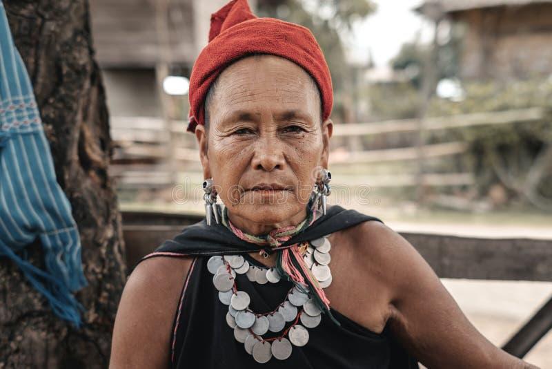 Mulheres de Kayah da vila do tribo do monte em Myanmar imagem de stock