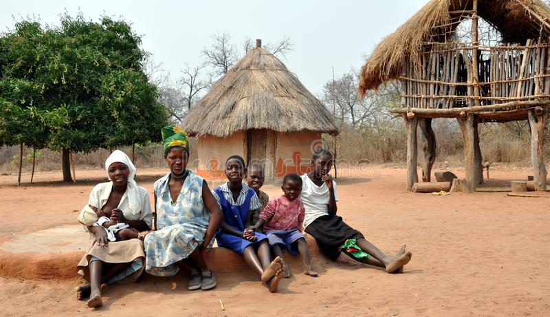 Mulheres de Ndebele e meninas, Gokwe norte, Zimbabwe foto de stock royalty free