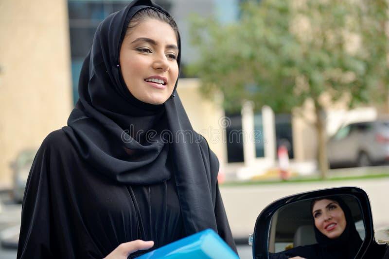 Mulheres de negócio árabes de Emarati que obtêm no carro fotos de stock