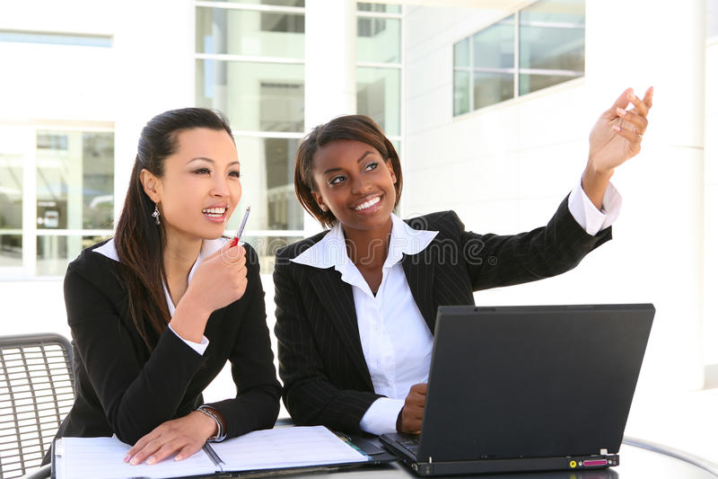 Mulheres de negócio atrativas foto de stock royalty free