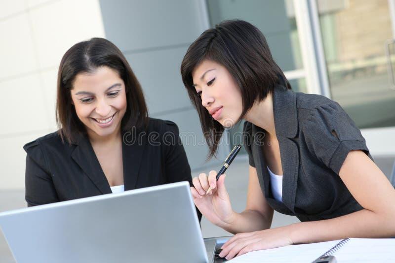 Mulheres de negócio (foco na mulher asiática) foto de stock royalty free