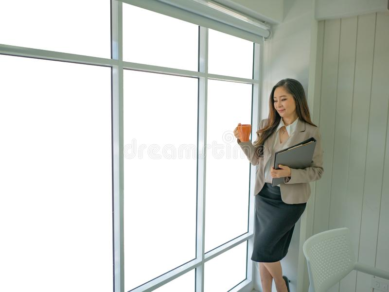 Mulheres de negócio modernas no escritório imagens de stock
