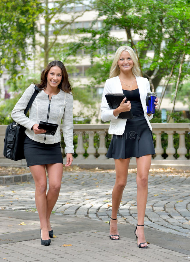 Mulheres de negócio no parque junto fotos de stock