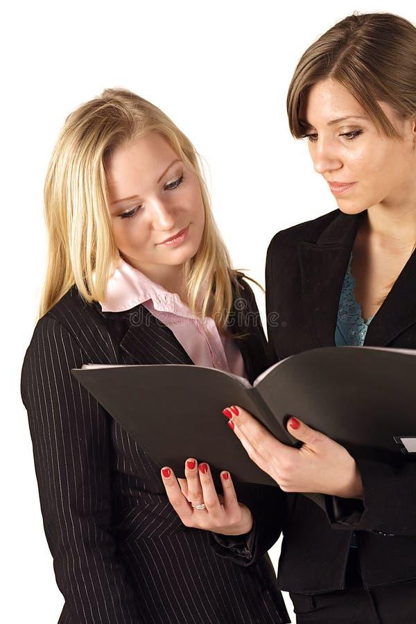 Mulheres de negócio que verific um arquivo imagens de stock royalty free