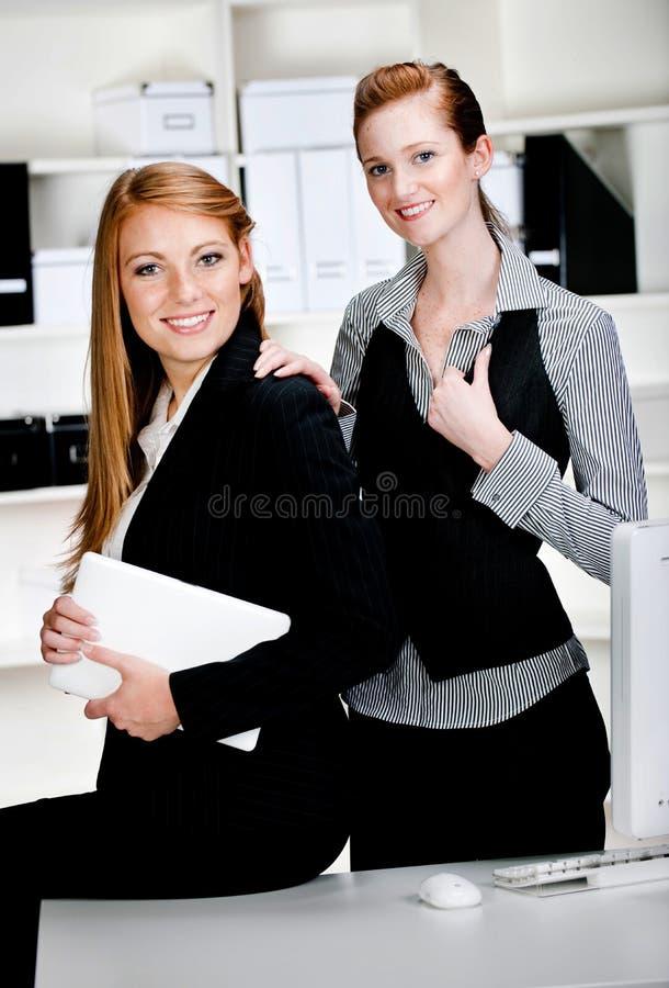 Mulheres de negócios com portátil e computador foto de stock royalty free