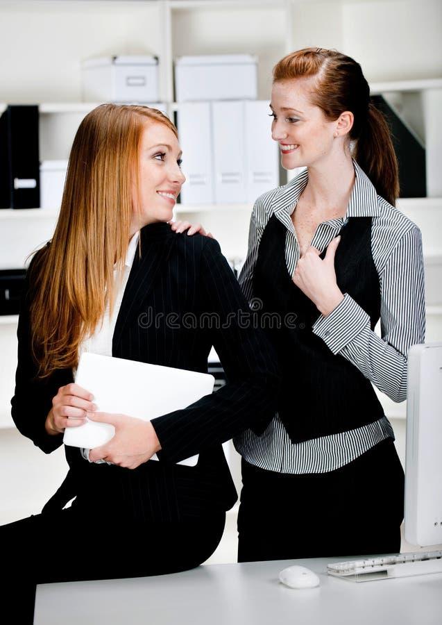 Mulheres de negócios com portátil e computador fotografia de stock royalty free