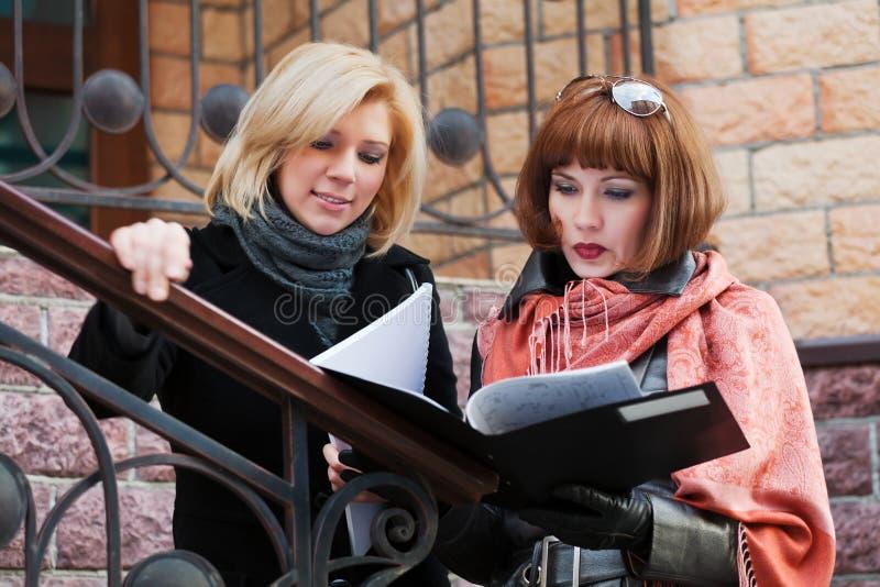 Mulheres de negócios com relatórios financeiros foto de stock