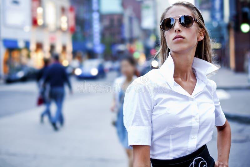 Mulheres de negócios da forma na cidade imagens de stock royalty free