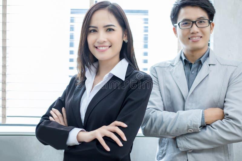 Mulheres de negócios e grupo asiáticos que usa o caderno para o partne do negócio foto de stock