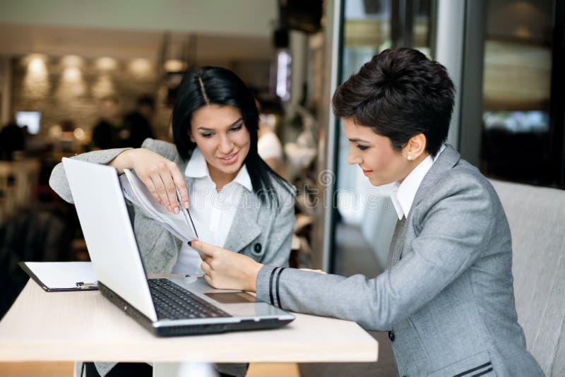 Mulheres de negócios em uma reunião imagens de stock royalty free