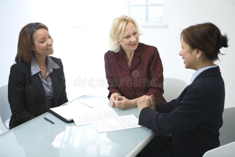 Mulheres de negócios em uma reunião imagem de stock royalty free