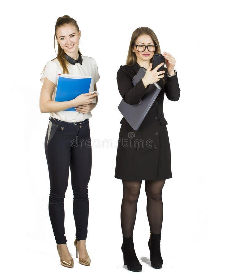Mulheres de negócios louras da beleza que guardam originais e que interagem Conceito dos trabalhos de equipa fotos de stock