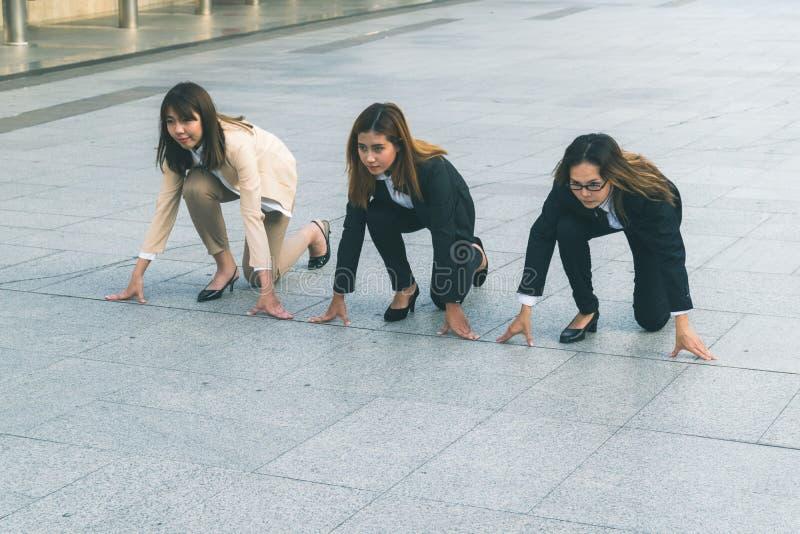 mulheres de negócios na cidade que está na posição de começo foto de stock royalty free