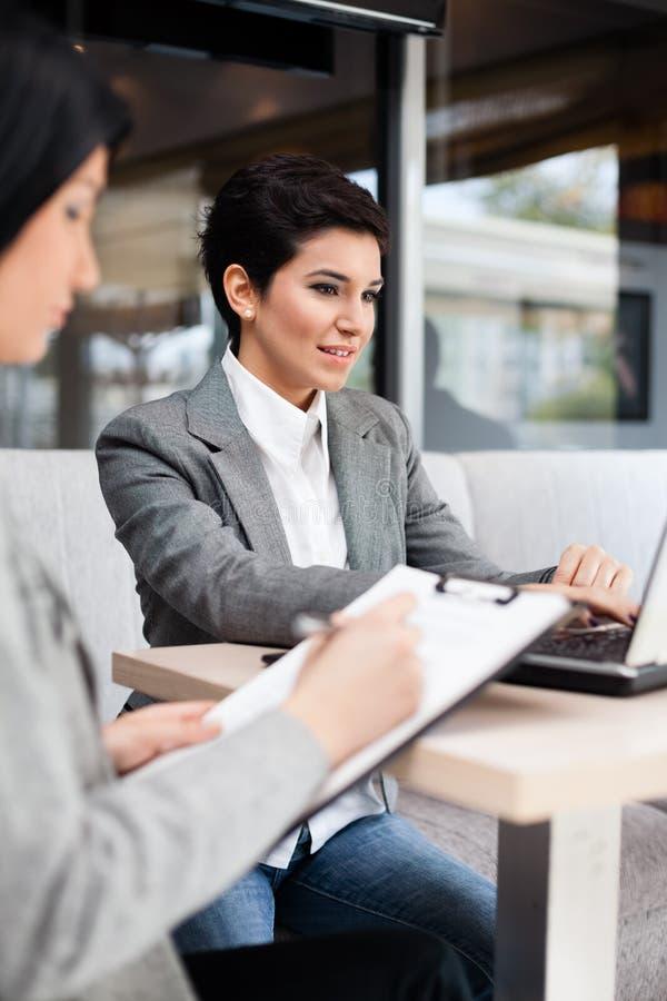 Mulheres de negócios na reunião fotografia de stock