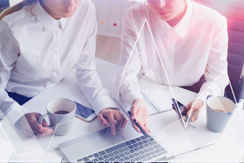 Mulheres de negócios no escritório, gráfico virtual fotografia de stock royalty free