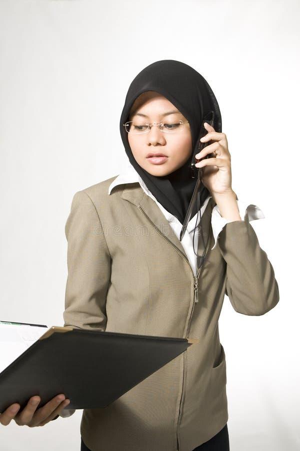 Mulheres de negócios novas muçulmanas imagem de stock
