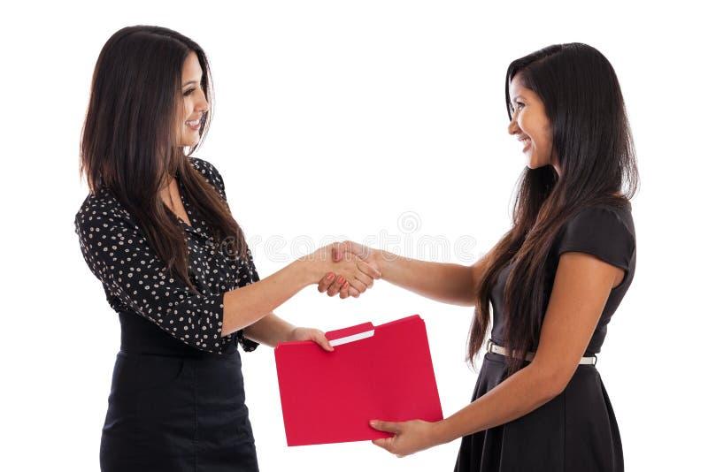 Mulheres de negócios novas que agitam as mãos imagens de stock royalty free