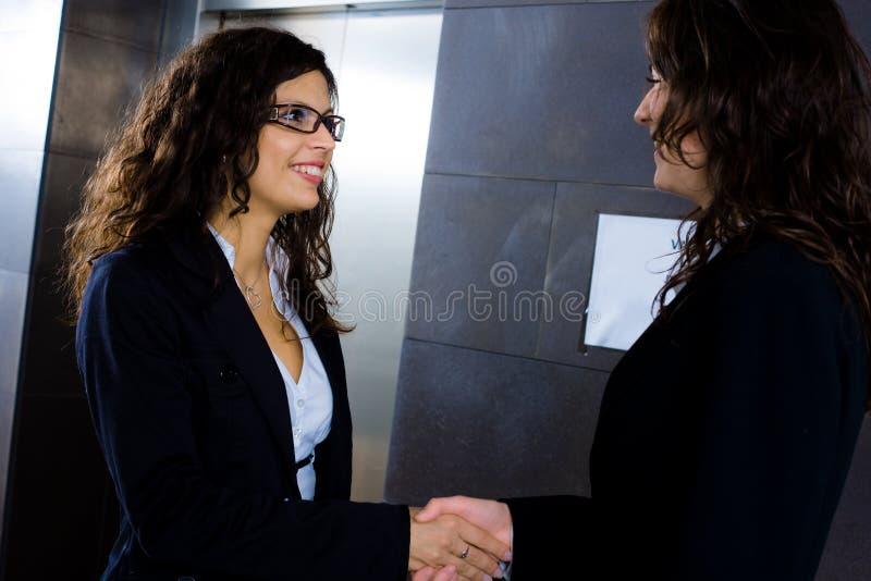 Mulheres de negócios que agitam as mãos fotos de stock