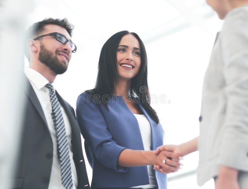 Mulheres de negócios que agitam as mãos no escritório moderno foto de stock royalty free
