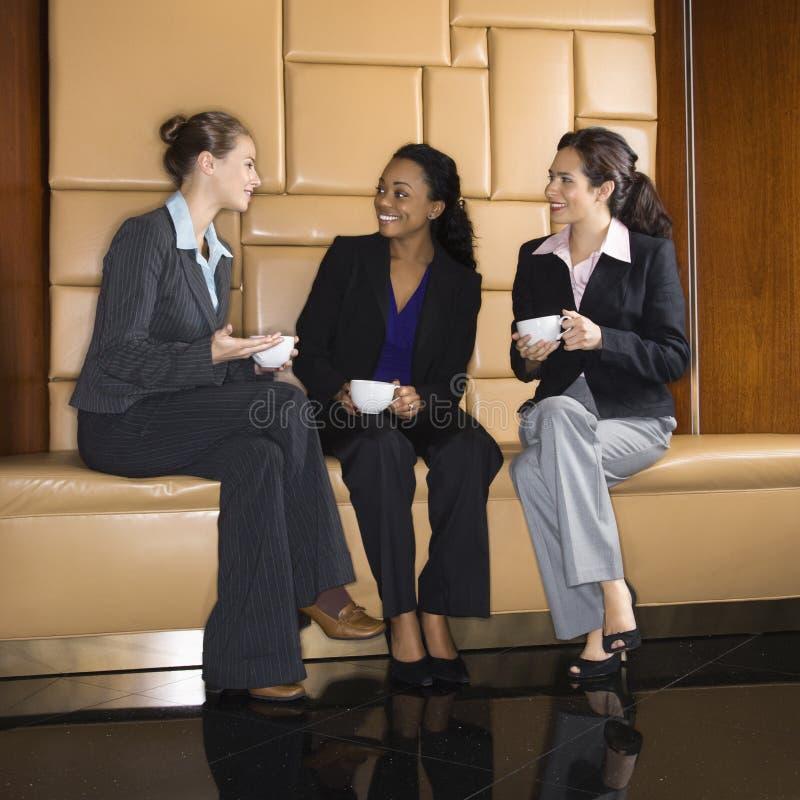 Mulheres de negócios que bebem o café. fotografia de stock royalty free