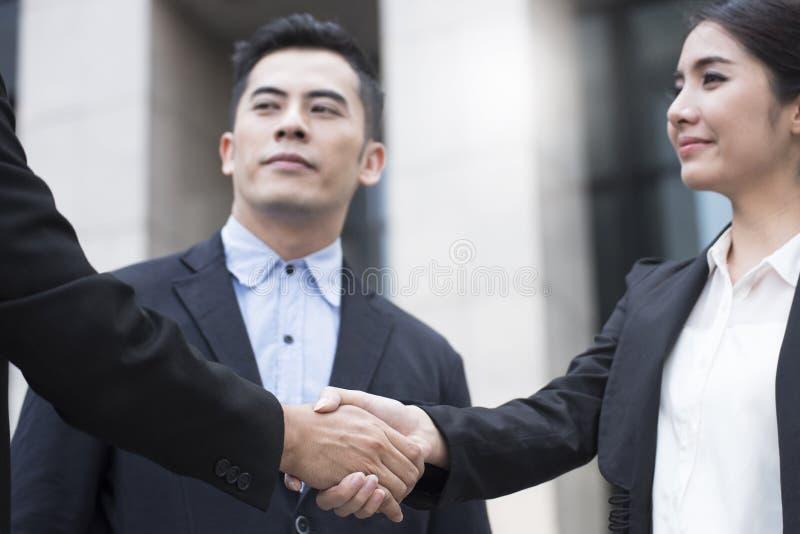 Mulheres de negócios que concedem o acordo do aperto de mão imagem de stock