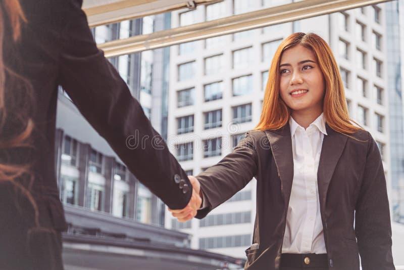Mulheres de negócios que fazem o aperto de mão mulheres de negócios bem sucedidas do conceito imagem de stock royalty free