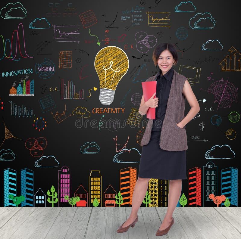 Mulheres de negócios que guardam o arquivo vermelho com a ampola colorida foto de stock