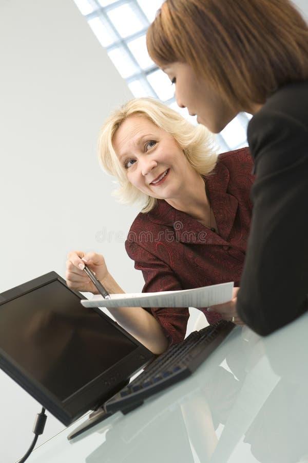 Mulheres de negócios que negociam fotografia de stock