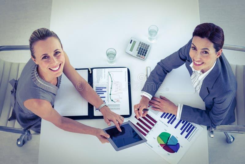 Mulheres de negócios que trabalham junto na mesa foto de stock