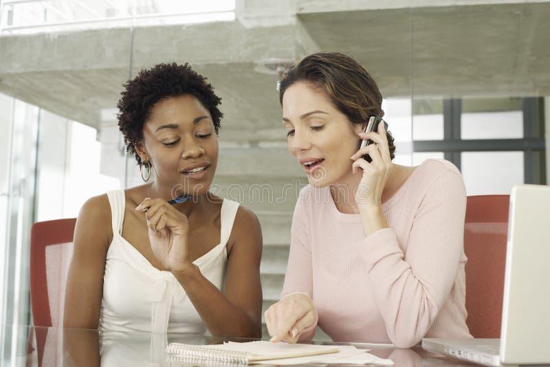 Mulheres de negócios que trabalham junto na tabela foto de stock royalty free