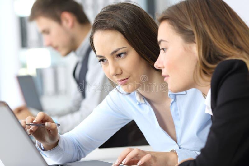 Mulheres de negócios que trabalham na linha junto imagem de stock royalty free