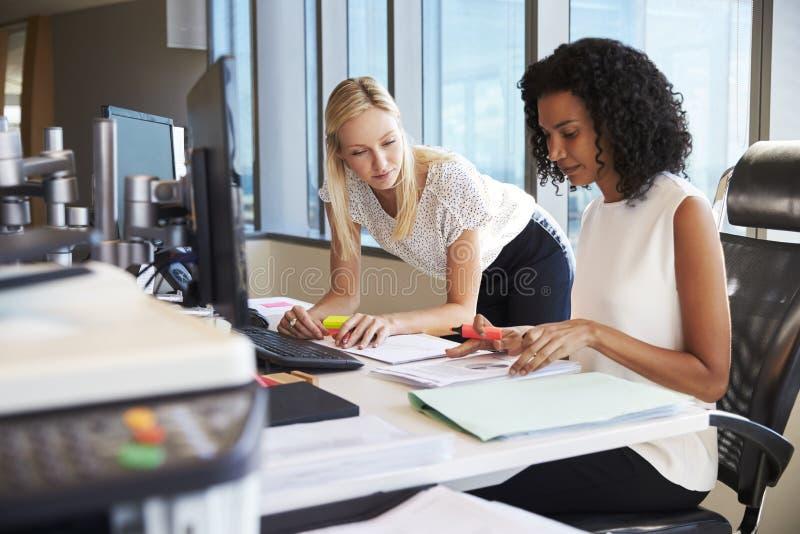 Mulheres de negócios que trabalham na mesa de escritório no computador junto imagem de stock royalty free