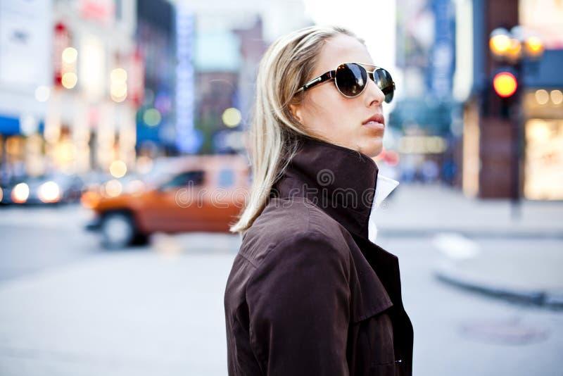 Mulheres de negócios que vão trabalhar na baixa fotografia de stock